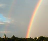 Regenbogen u. Kirche in Montreal Stockbild