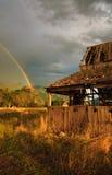 Regenbogen und alter Stall lizenzfreie stockbilder