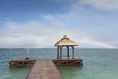 Regenbogen und Anlegestelle Stockbild