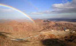 Regenbogen und Berge Lizenzfreie Stockfotografie