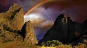 Regenbogen und Blitz über einem Schwarzen Meer fahren, Krim die Küste entlang Stockfotos