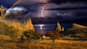Regenbogen und Blitz auf den Hügeln, Krim Stockfoto