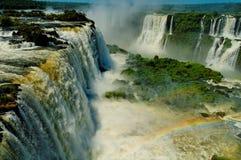 Regenbogen und die Iguaçu-Wasserfälle lizenzfreies stockbild