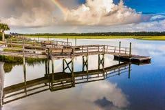 Regenbogen und Docks, die im Wasser sich reflektieren lizenzfreies stockfoto