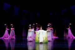 Regenbogen-und Feder-Kleidertanz 1-The fungieren an zweiter Stelle: ein Fest im Palast-episches Tanzdrama ` Silk Prinzessin ` Stockbilder