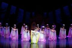 Regenbogen-und Feder-Kleidertanz 1-The fungieren an zweiter Stelle: ein Fest im Palast-episches Tanzdrama ` Silk Prinzessin ` Lizenzfreies Stockbild