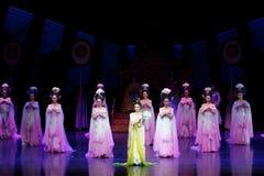 Regenbogen-und Feder-Kleidertanz 1-The fungieren an zweiter Stelle: ein Fest im Palast-episches Tanzdrama ` Silk Prinzessin ` Lizenzfreie Stockfotos