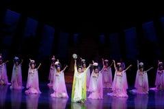 Regenbogen-und Feder-Kleidertanz 1-The fungieren an zweiter Stelle: ein Fest im Palast-episches Tanzdrama ` Silk Prinzessin ` Stockfotos