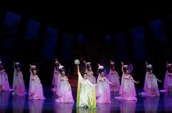 Regenbogen-und Feder-Kleidertanz 2-The fungieren an zweiter Stelle: ein Fest im Palast-episches Tanzdrama ` Silk Prinzessin ` Stockbilder