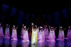 Regenbogen-und Feder-Kleidertanz 2-The fungieren an zweiter Stelle: ein Fest im Palast-episches Tanzdrama ` Silk Prinzessin ` Lizenzfreies Stockbild