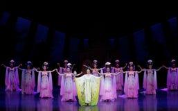 Regenbogen-und Feder-Kleidertanz 2-The fungieren an zweiter Stelle: ein Fest im Palast-episches Tanzdrama ` Silk Prinzessin ` Lizenzfreie Stockbilder