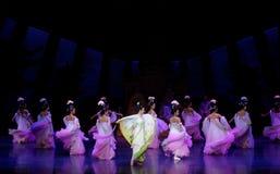 Regenbogen-und Feder-Kleidertanz 2-The fungieren an zweiter Stelle: ein Fest im Palast-episches Tanzdrama ` Silk Prinzessin ` Lizenzfreie Stockfotos