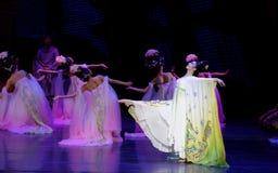 Regenbogen-und Feder-Kleidertanz 3-The fungieren an zweiter Stelle: ein Fest im Palast-episches Tanzdrama ` Silk Prinzessin ` Lizenzfreies Stockbild