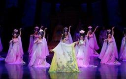 Regenbogen-und Feder-Kleidertanz 3-The fungieren an zweiter Stelle: ein Fest im Palast-episches Tanzdrama ` Silk Prinzessin ` Lizenzfreie Stockfotografie