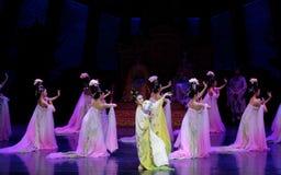 Regenbogen-und Feder-Kleidertanz 3-The fungieren an zweiter Stelle: ein Fest im Palast-episches Tanzdrama ` Silk Prinzessin ` Lizenzfreie Stockfotos