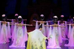 Regenbogen-und Feder-Kleidertanz 3-The fungieren an zweiter Stelle: ein Fest im Palast-episches Tanzdrama ` Silk Prinzessin ` Lizenzfreie Stockbilder