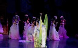 Regenbogen-und Feder-Kleidertanz 4-The fungieren an zweiter Stelle: ein Fest im Palast-episches Tanzdrama ` Silk Prinzessin ` Lizenzfreies Stockbild
