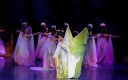 Regenbogen-und Feder-Kleidertanz 4-The fungieren an zweiter Stelle: ein Fest im Palast-episches Tanzdrama ` Silk Prinzessin ` Stockfoto