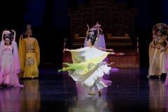 Regenbogen-und Feder-Kleidertanz 5-The fungieren an zweiter Stelle: ein Fest im Palast-episches Tanzdrama ` Silk Prinzessin ` Stockbilder