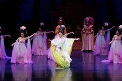 Regenbogen-und Feder-Kleidertanz 5-The fungieren an zweiter Stelle: ein Fest im Palast-episches Tanzdrama ` Silk Prinzessin ` Lizenzfreie Stockbilder