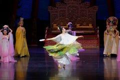 Regenbogen-und Feder-Kleidertanz 5-The fungieren an zweiter Stelle: ein Fest im Palast-episches Tanzdrama ` Silk Prinzessin ` Stockfotografie