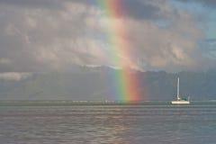 Regenbogen und Katamaran Stockfotografie