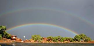 Regenbogen und laufender Mann stockfotografie