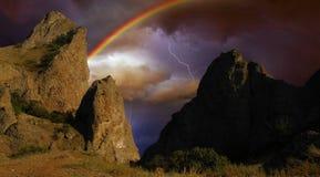 Regenbogen und Ligtning über den Felsen Lizenzfreies Stockbild