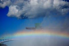 Regenbogen und Regenbogenbrücke Stockfotos