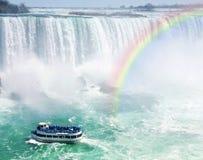 Regenbogen und touristisches Boot bei Niagara Falls Lizenzfreies Stockbild