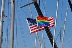 Regenbogen und US-Flagge Stockfotos