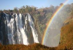 Regenbogen und Wasserfall Stockfotos