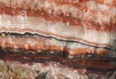 Regenbogen versah korallenroten Kalzit, von Mexiko, alias vom Inkacalcit mit einem Band Lizenzfreie Stockfotografie