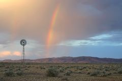 Regenbogen von den drastischen Wolken Lizenzfreie Stockfotos