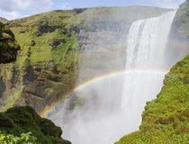 ` Regenbogen vor einem Wasserfall Stockfotografie