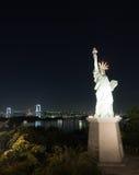 Regenbogenbrücke mit liberalem Monument in Tokyo, Japan Stockbild