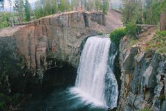 Regenbogenfälle, Mammut-Kalifornien lizenzfreie stockfotos