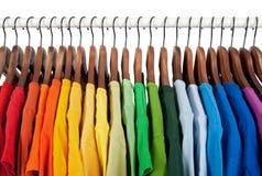 Regenbogenfarben, Kleidung auf hölzernen Aufhängungen lizenzfreie stockfotos