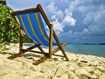 Regenbogenfarben-Tagesbett im Sand Lizenzfreie Stockfotografie