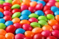 Regenbogenfarben von mehrfarbigen S??igkeiten Nahaufnahme, Beschaffenheit und Wiederholung des Dragees stockbilder