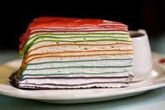 Regenbogenfarbkreppkuchen Stockfoto