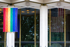 Regenbogenflagge mit Sternenbanner an US-Botschaft, London Stockfoto