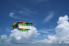 Regenbogenhausrückseite auf Weißwolke des blauen Himmels Stockbilder