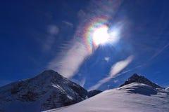 Regenbogenherz im blauen Himmel lizenzfreie stockfotografie