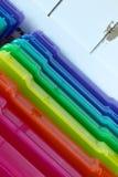 Regenbogenkästen für das Organisieren von kleinen Gegenständen Stockfotos