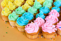 Regenbogenkleine kuchen Stockbild