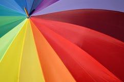 Regenbogenregenschirm als chromatischer Kreis Stockfotografie