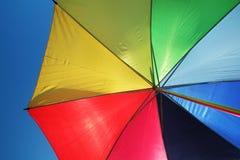 Regenbogenregenschirm- und -himmelhintergrund stockfotos
