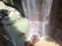 Regenbogenwasserfall in der Schlucht stockfotografie