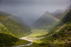 Regenboog in Alpen Stock Foto